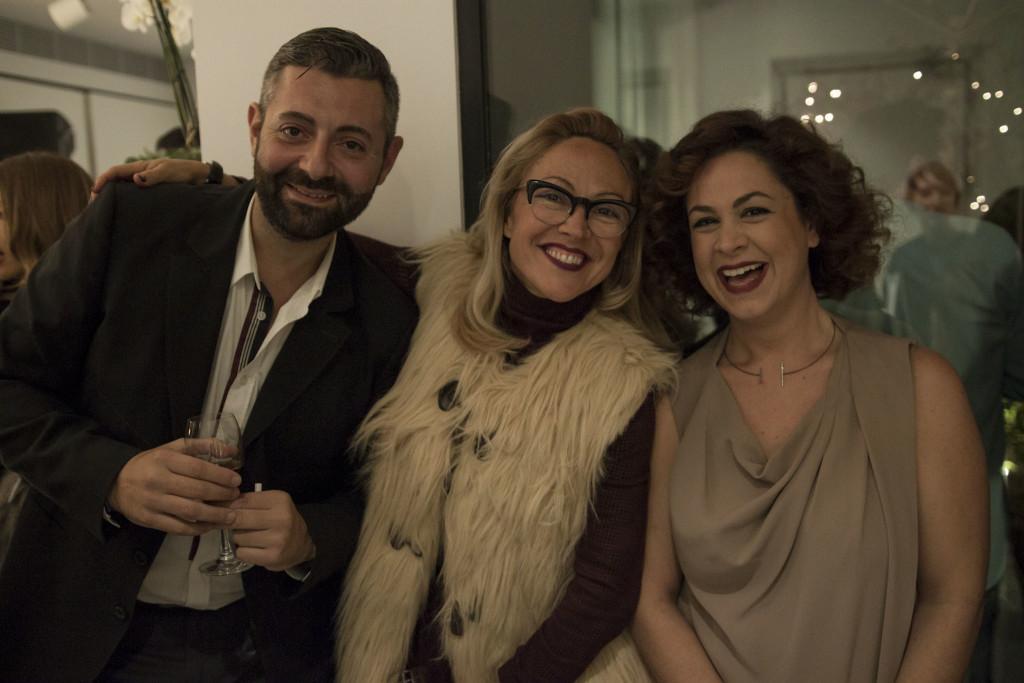 Ο Πραξιτέλης Λύκος και η Κατερίνα Κουλουμπούρου, σχεδιάστρια του brand, πλαισιώνουν την πάντα happy Αλεξάνδρα Κατσαΐτη.