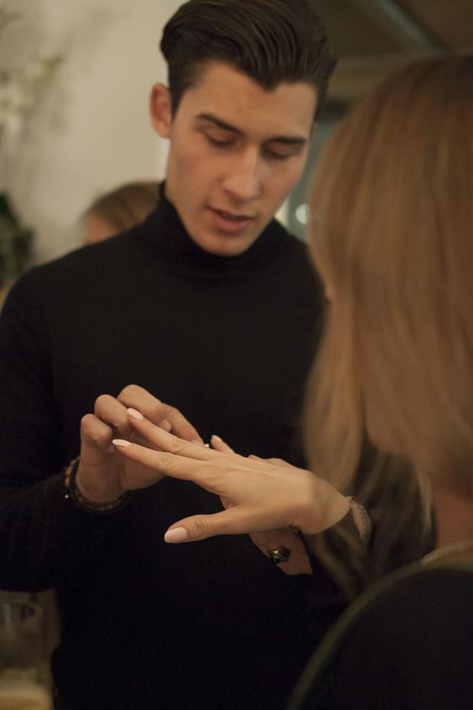 O Θάνος Αδαμόπουλος, φοιτητής του Πανεπιστημίου Πειραιά που είχε αναλάβει το ρόλο του wedding proposal!