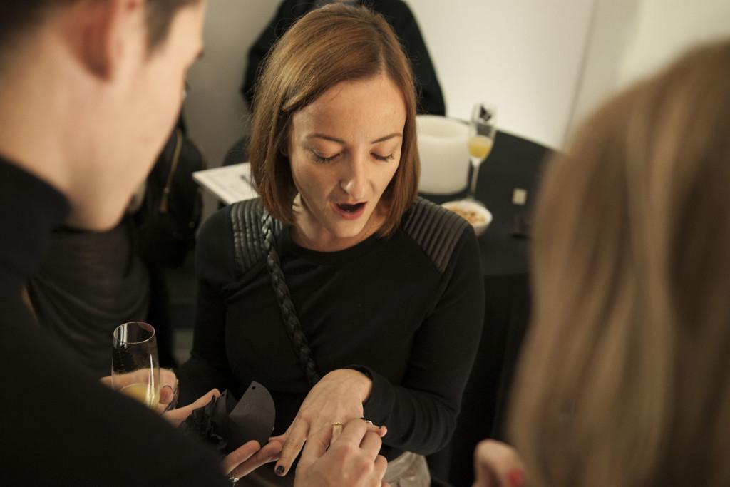 "H Έλενα Χαβιάρα της Rock Paper Scissors, δέχεται ""πρόταση γάμου"" με tailor made δαχτυλίδι, σε ένα από τα δρώμενα της βραδιάς."