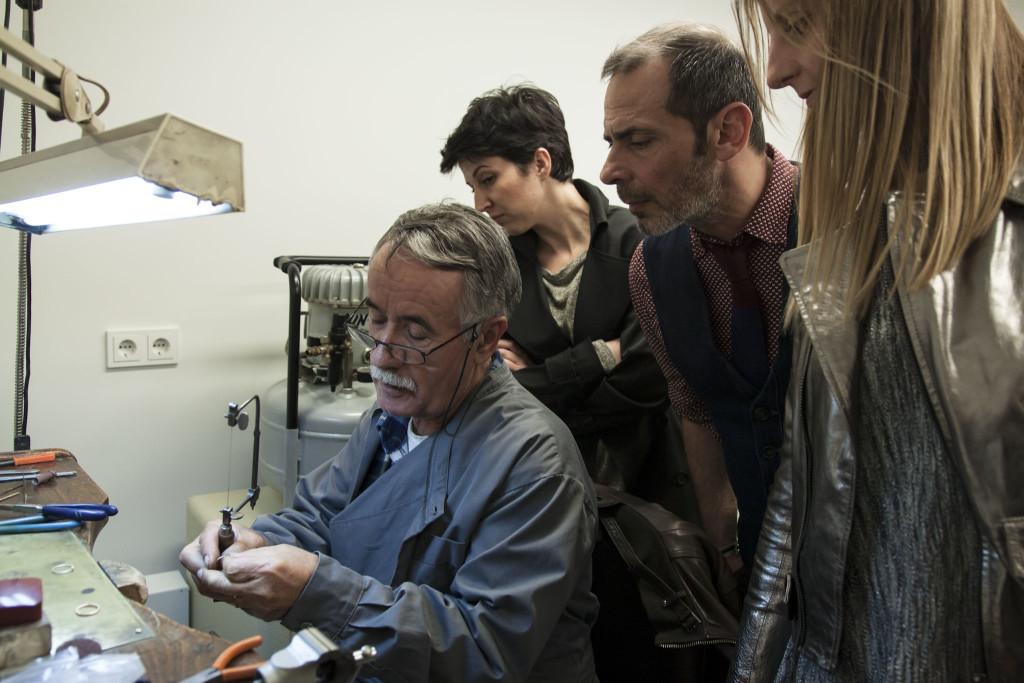 Η Πέγκυ Σιμιτζή της I Wish Chic Events, με τη συνεργάτιδά της Στέλλα και τον Γιώργο Μοναχό της Chlorofilli παρακολουθούν τη δημιουργία ενός δαχτυλιδιού.