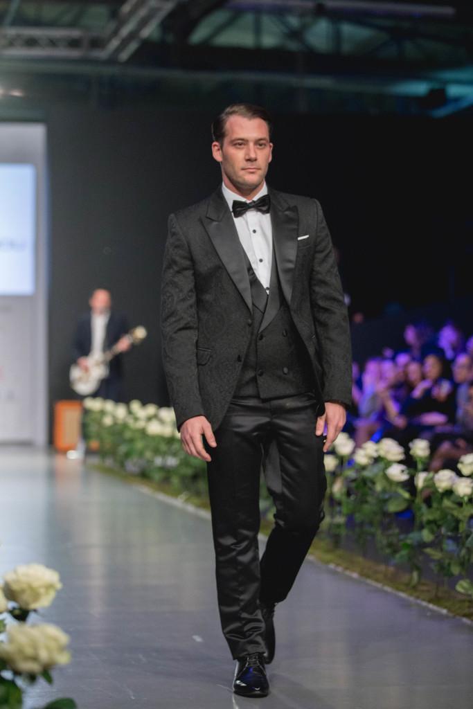 O ηθοποιός, Αντίνοος Αλμπάνης, ως γαμπρός βγαλμένος από παραμύθι.