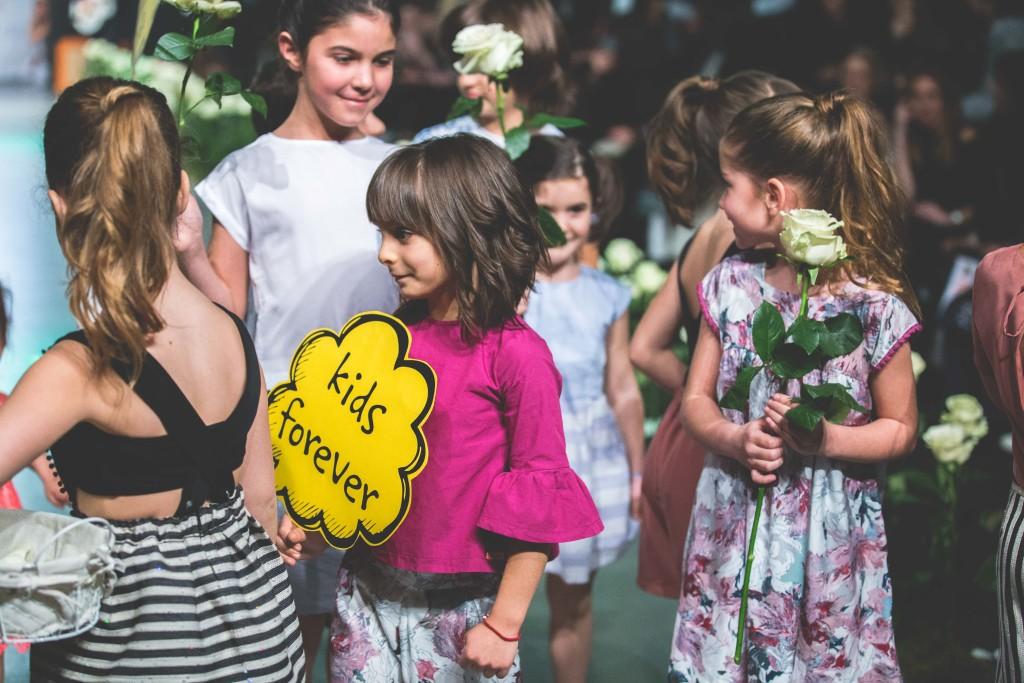 """Λιλιπούτειες παρουσίες ντυμένες από τη νέα συλλογή ρούχων του ελληνικού brand Yellowsub, για την Άνοιξη & το Καλοκαίρι του 2017 """"Colorful Neutrals"""" ξεχήθηκαν πάνω στην πασαρέλα με πλακάτα γεμάτα θετικά μηνύματα για τη ζωή."""