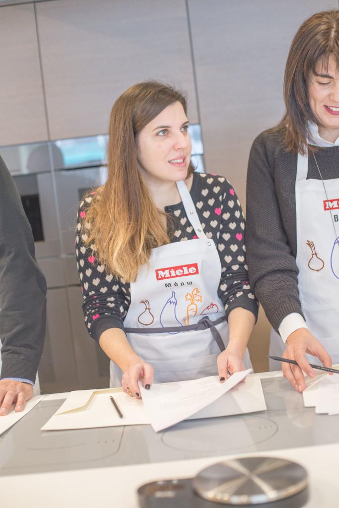 H εξαιρετική food δημοσιογράφος Μάρω Παρασκευούδη έτοιμη να εκτελέσει τα πρώτα βήματα της συνταγής!