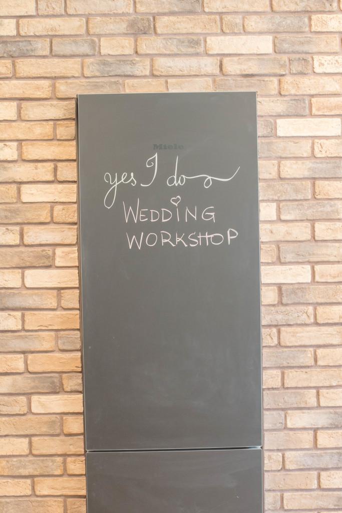 Οι προετοιμασίες και η έναρξη του wedding cake workshop! Ποδιές, δώρα, λουλούδια, αλμυρές αλχημείες, όλα έτοιμα!