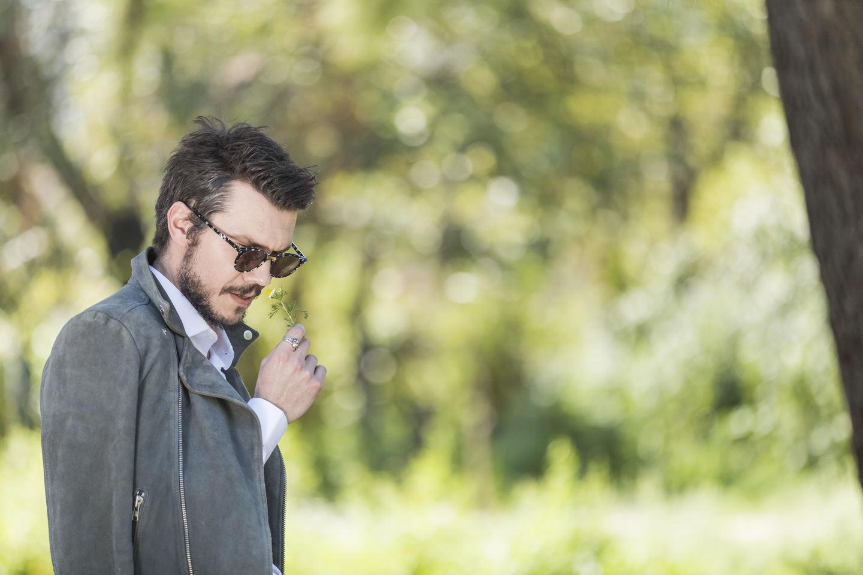 Styling tips by Spiros Savvinos: Εναλλακτικό look για τολμηρές εμφανίσεις. Ιδανική επιλογή για τους wedding guests με street attitude και λονδρέζικο αέρα. Must have? Τα γυαλιά ηλίου!