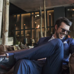 Styling tips by Spiros Savvinos: Royal Blue διάθεση και μια πολυτελής ματιέρα στο σακάκι με ένα ήσυχο cool wool παντελόνι δίνουν τη εντύπωση πως το look  είναι προσεγμένο μέχρι τελευταίας λεπτομέρειας, αβίαστα και στιλάτα. Μια επιλογή για τους πιο απαιτητικούς grooms to be.