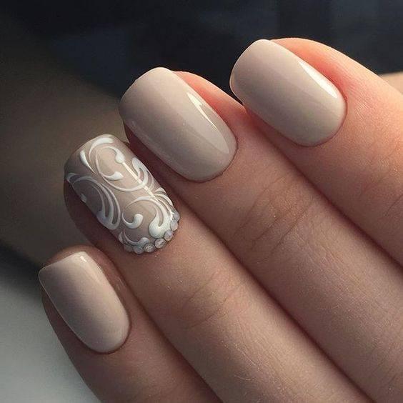 Επιλέξτε κρεμ απόχρωση στα νύχια σας και προσθέστε μερικά νυφικά σχέδια που αναδεικνύουν το σοφιστικέ σας στυλ.