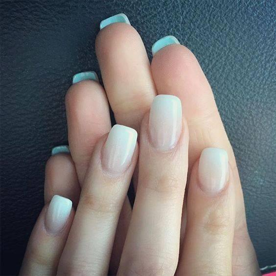 Απλό, καθαρό και chic αποτέλεσμα στα νύχια με λευκή, ομοιόμορφη απόχρωση. Είναι ιδανικά για νυφικό στιλ με χρωματικές πινελιές σε αξεσουάρ.