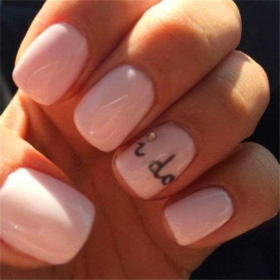 Ρομαντικά ροζ νύχια για νύφες που αγαπούν τη νεανική απλότητα στο στιλ τους. Ζητήστε να προσθέσετε ένα μοναδικό μήνυμα όπως «I do».