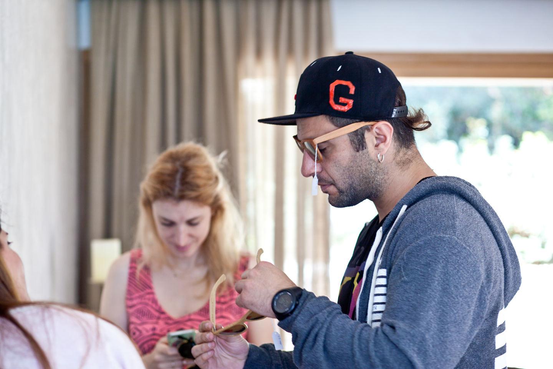 Ο Γιώργος Μπουζάκης κάνει διάλειμμα και δοκιμάζει γυαλιά Gazer.