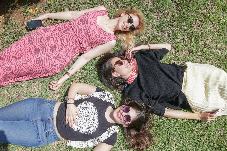 Η Μυρτώ Κάζη μαζί με τη Νίκη Μουστάκα, beauty editor του Yes I do και τη Σοφία Ιωάννου, fashion editor του Yes I do, απολαμβάνοντας τον ήλιο, ενώ κάπου αλλού κάποιος σίγουρα φωτογραφιζόταν.