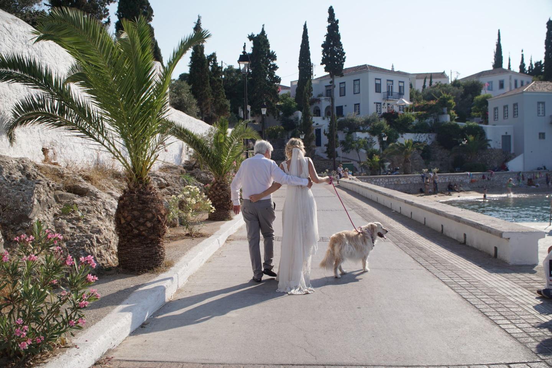 Ίσως μια από τις πιο όμορφες και συνγκινητικές φωτογραφίες ....αυτή της νύφης με τον πατέρα της....καθ φυσικά πρωταγωνίστρια την αγαπημένη της σκυλίτσα, Nutella στο ρόλο παρανύμφου.