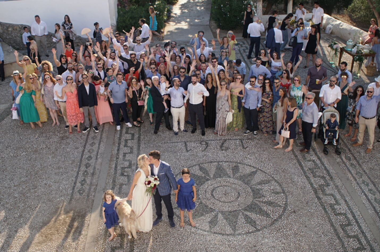 Και φυσικά μια αναμνηστική φωτογραφία με όλους τους καλεσμένους μετά το τέλος του γάμου!
