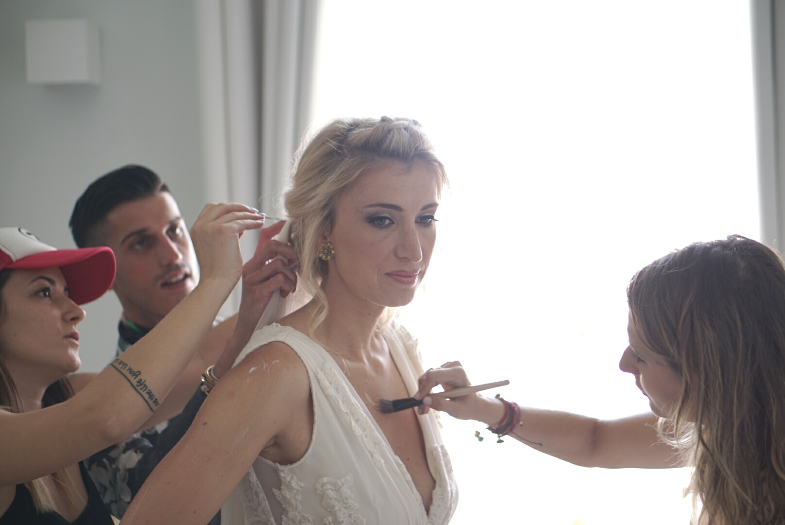 Η νύφη, Μυρτώ Κάζη μαζί με τους Κωνσταντίνα Μιχοπάνου στο make up, Σπύρο Σαββίνο στις στυλιστικές λεπτομέρειες και Μάρω Σούμπαση του 23 Hair Creations στα μαλλιά.