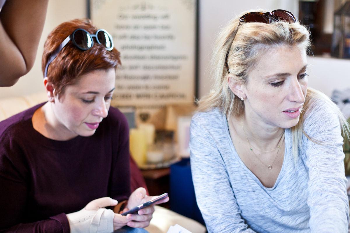 Η Μυρτώ Κάζη με έκφραση θαυμασμού για τη νέα συλλογή κοσμημάτων της Swarovski, μαζί με την editor in chief του Yes I do, Γιακούμα Αργυρώ.