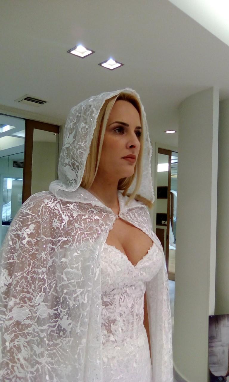 839f429f31c5 Η ηθοποιός Έλενα Ασημακοπούλου με επιβλητική κάπα από Demetrios.