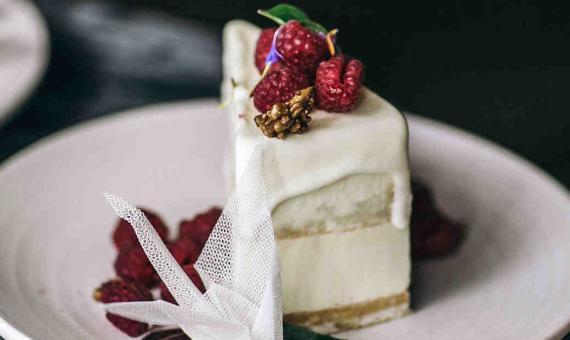 7eb832a4bfef Πώς θα επιλέξετε τη γαμήλια τούρτα