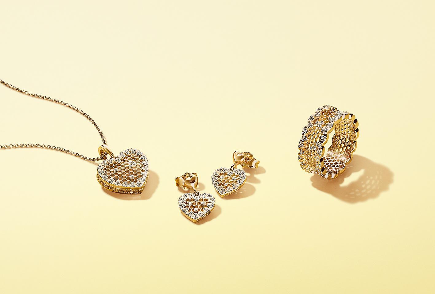 Μάς άρεσε πολύ το δαχτυλίδι-στέμμα καθώς και το δαχτυλίδι με το διακριτικό  σήμα κατατεθέν της συλλογής bb1afa60c92